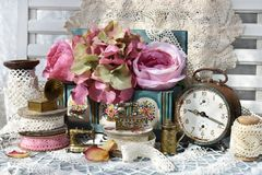 Uitstekend stijlstilleven met inzameling van miniatuurijzermateriaal royalty-vrije stock foto's