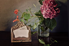 Uitstekend stilleven, de houder van de messingskaart en roze hydrangea hortensia Royalty-vrije Stock Foto's