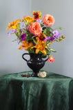 Uitstekend Stilleven met een boeket van wildflowers in een vaas Stock Foto
