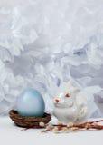 Uitstekend stilleven met ei en Pasen-konijntje Stock Foto
