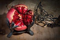 Uitstekend stilleven met granaatappel en masker Stock Fotografie