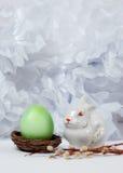 Uitstekend stilleven met paasei en konijntje Stock Fotografie