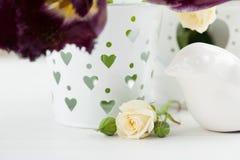 Uitstekend Stilleven Wit nam, purpere tulpen toe Stock Foto