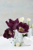 Uitstekend Stilleven Wit nam, purpere tulpen toe Stock Fotografie