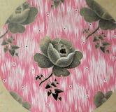Uitstekend stoffen textiel bloemenpatroon van heldere bloemen en bladeren Royalty-vrije Stock Afbeeldingen