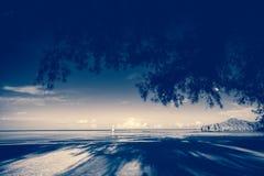 Uitstekend strand en blauwe hemel voor achtergrond Royalty-vrije Stock Foto