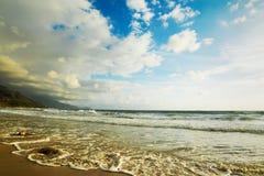 Uitstekend strand onder wolken royalty-vrije stock afbeelding