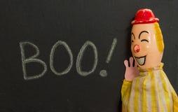 Uitstekend stuk speelgoed clown het schreeuwen BOE-GEROEP Krijt op lei royalty-vrije stock foto