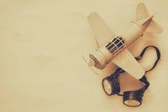 uitstekend stuk speelgoed vliegtuig en proefglazen Sepia stijlbeeld stock afbeeldingen