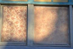 Uitstekend venster met bloemrijk gordijn royalty-vrije stock afbeeldingen