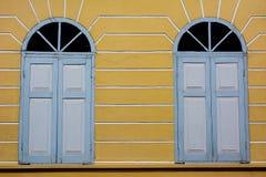 Uitstekend venster op gele cementmuur stock fotografie