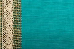 Uitstekend wit kant over blauwe achtergrond Royalty-vrije Stock Afbeeldingen