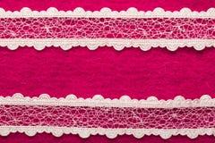 Uitstekend wit kant over roze achtergrond Stock Afbeelding