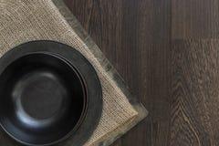 Uitstekende aardewerkkommen op rustieke uitstekende houten achtergrond Royalty-vrije Stock Fotografie