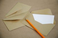 Uitstekende achtergrond en lege brief met een geel potlood royalty-vrije stock foto's