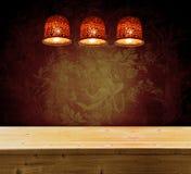 Uitstekende achtergrond met bloemenpatroon en plafondlamp Royalty-vrije Stock Foto's