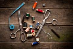 Uitstekende Achtergrond met het naaien van hulpmiddelen en gekleurd Stock Foto's
