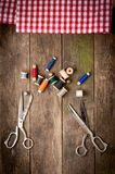 Uitstekende Achtergrond met het naaien van hulpmiddelen en gekleurd Stock Afbeeldingen