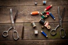 Uitstekende Achtergrond met het naaien van hulpmiddelen en gekleurd Royalty-vrije Stock Foto