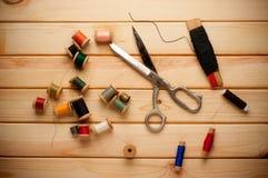 Uitstekende Achtergrond met het naaien van hulpmiddelen en op Stock Foto