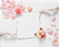 Uitstekende achtergrond met papier-kader en bloemblaadjes voor gelukwensen Stock Afbeeldingen