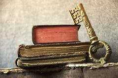 Uitstekende achtergrond Oude boeken en een sleutel stock foto