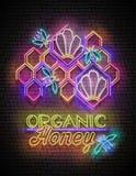 Uitstekende Affiche met Bijen in Bijenkorf en Organisch Honey Inscriptio stock illustratie