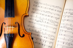 Uitstekende altviool op bladmuziek Stock Afbeeldingen