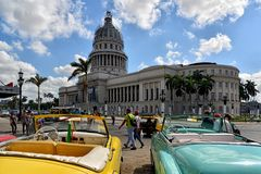 Uitstekende Amerikaanse auto's en capitol in Havana Stock Foto