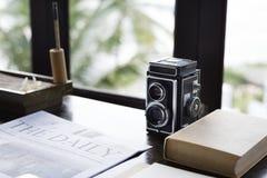 Uitstekende analoge camera op een bureau stock afbeelding