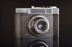 Uitstekende analoge die fotocamera met bezinning over de zwarte achtergrond wordt geïsoleerd Stock Fotografie