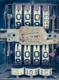 Uitstekende analoge oliemeter van een pomp, cijfers van mechanische oliepomp Stock Fotografie