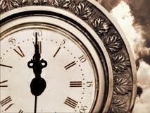 Uitstekende antieke klok en de hemel Stock Afbeelding