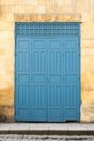 Uitstekende antiquiteit die houten verfraaide blauwe deur vouwen royalty-vrije stock foto