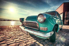 Uitstekende auto dichtbij het overzees stock foto's