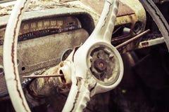 Uitstekende auto die weg rotten Stock Afbeelding