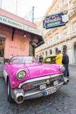 Uitstekende auto naast het Floridita-restaurant in Havan Stock Afbeeldingen