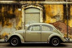 Uitstekende auto op oude straat Stock Foto