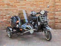 Uitstekende autoped Vespa met sidecar Stock Fotografie