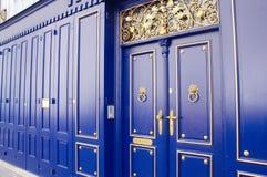 Uitstekende azuurblauwe houten deuren en muren met gouden details Royalty-vrije Stock Foto's