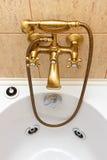 Uitstekende badkuiptapkraan en ceramiektegels Royalty-vrije Stock Foto's