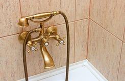Uitstekende badkuiptapkraan en ceramiektegels Royalty-vrije Stock Foto