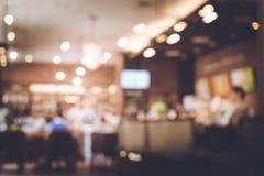 Uitstekende beelden van onduidelijk beeldmensen in koffie, restaurant stock afbeeldingen