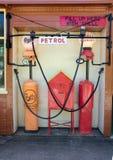 Uitstekende Benzinepompen en Shell-tekens bij retro benzinestation Royalty-vrije Stock Foto's