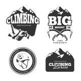 Uitstekende berg vectorembleem beklimmen en geplaatste etiketten die Stock Afbeelding