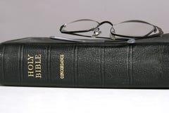 Uitstekende Bijbel en Oogglazen stock afbeeldingen