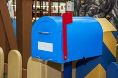 Uitstekende blauwe brievenbus met rood opgeheven vlag royalty-vrije stock foto