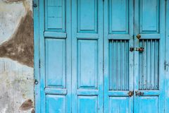 Uitstekende blauwe houten vouwende deur royalty-vrije stock foto's
