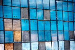 Uitstekende blauwe vensters in oude molen Royalty-vrije Stock Afbeeldingen
