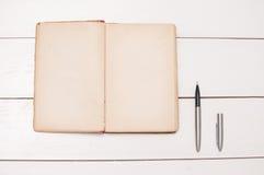 Uitstekende boek en pen Royalty-vrije Stock Fotografie